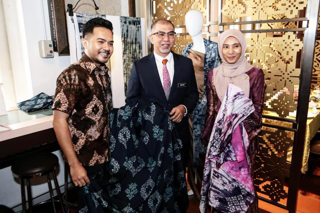 (L-R) Nik Faiz Nik Amin President of Malaysian Craft Council ,YB Tuan Muhammad Bakhtiar Bin Wan Chik, Deputy Minister Tourism, YB Nurul Izzah (Member of parliament Permatang Pauh)