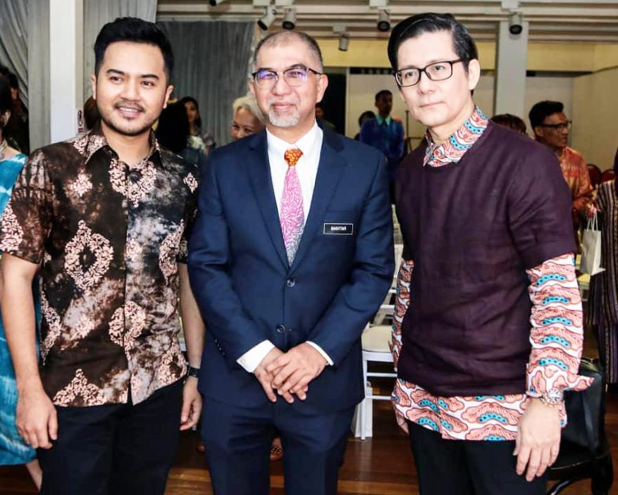 (L-R) Nik Faiz Nik Amin President of    Malaysian Craft Council    , YB Tuan Muhammad Bakhtiar Bin Wan Chik, Deputy Minister Tourism & Mr Andrew Tan, Founder of Kuala Lumpur Fashion Week (KLFW)