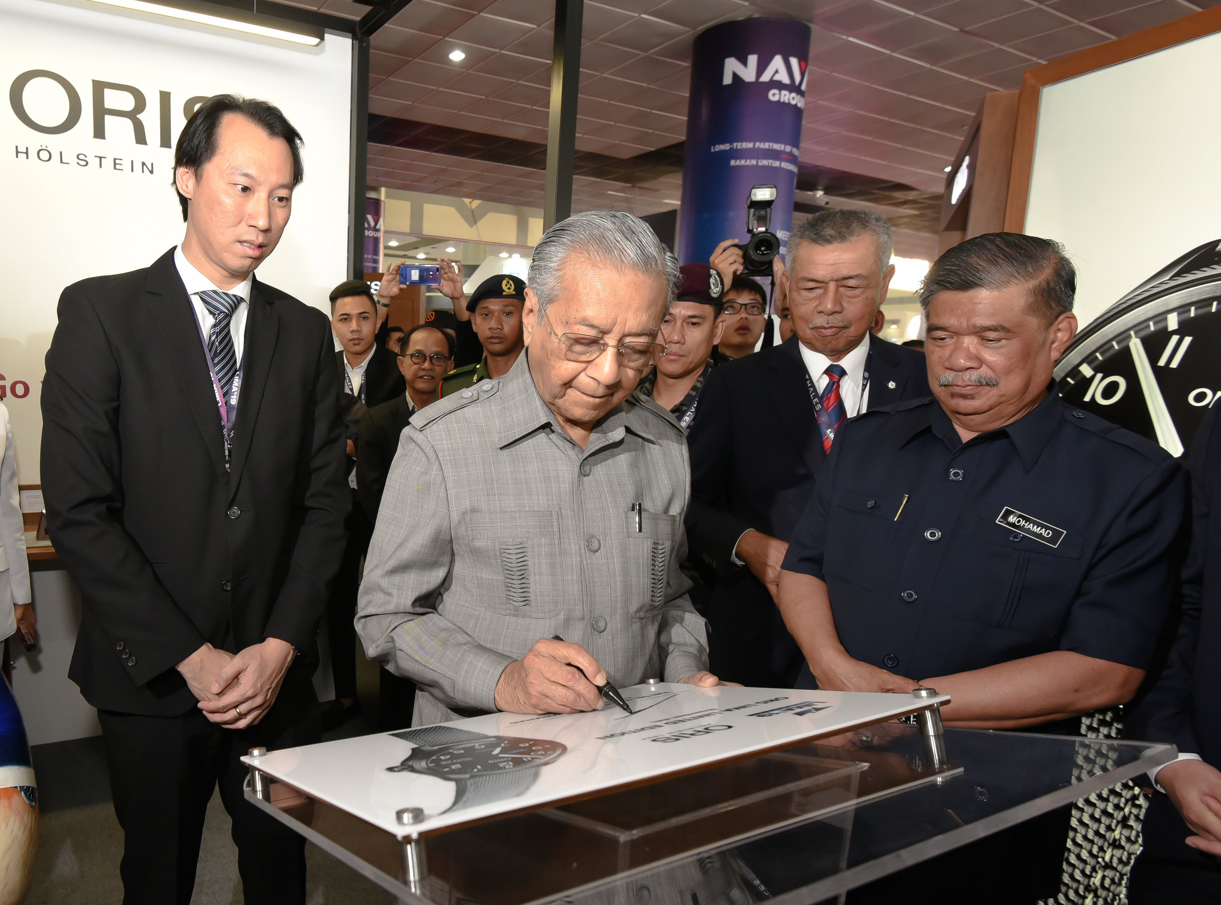 Prime Minister of Malaysia, Tun Dr. Mahathir bin Mohamad, accompanied by Minister of Defense, Mohamad bin Sabu, graciously signed on the Oris plaque to officiate the launch of Oris LIMA Limited Edition.