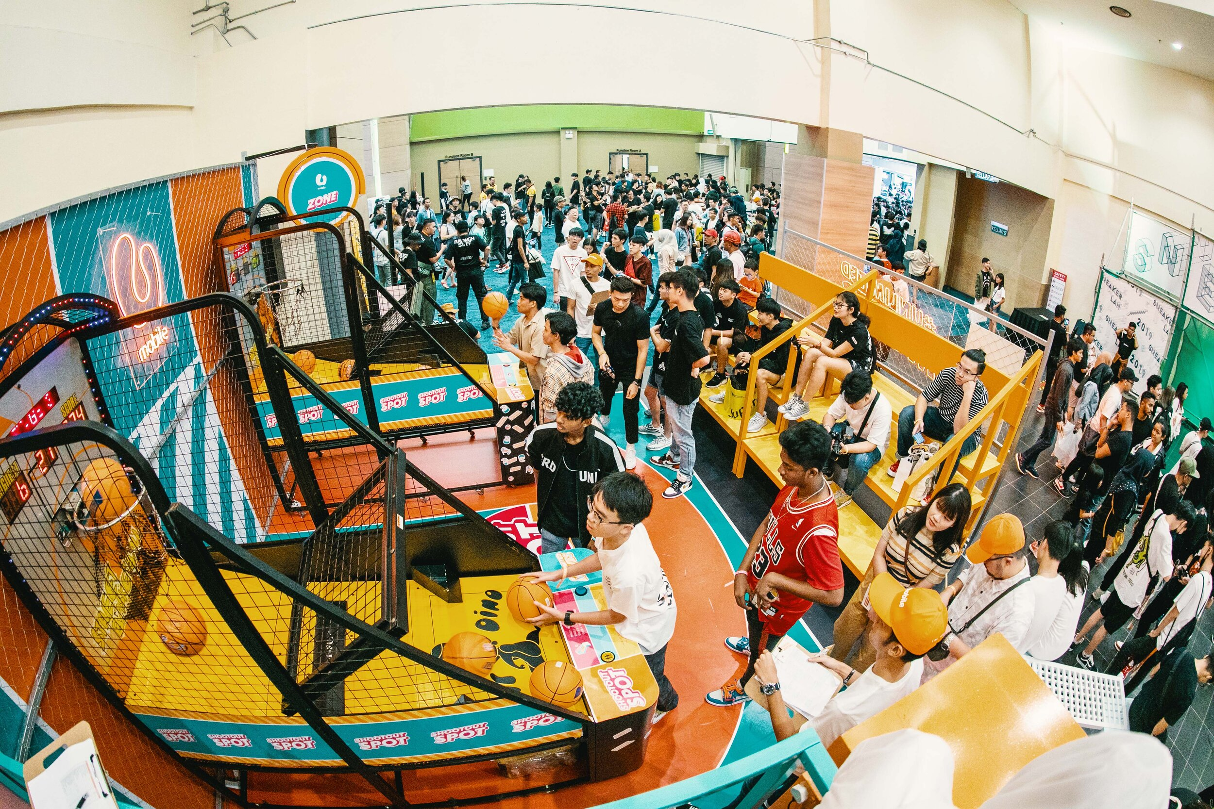 U Mobile x Sneakerlah 1:  Adrenaline was at a high at the U Mobile Zone! Attendees competed with each other to beat the high score at the Shootout Spot to win exclusive U Mobile x SneakerLAH 2019 merchandise.