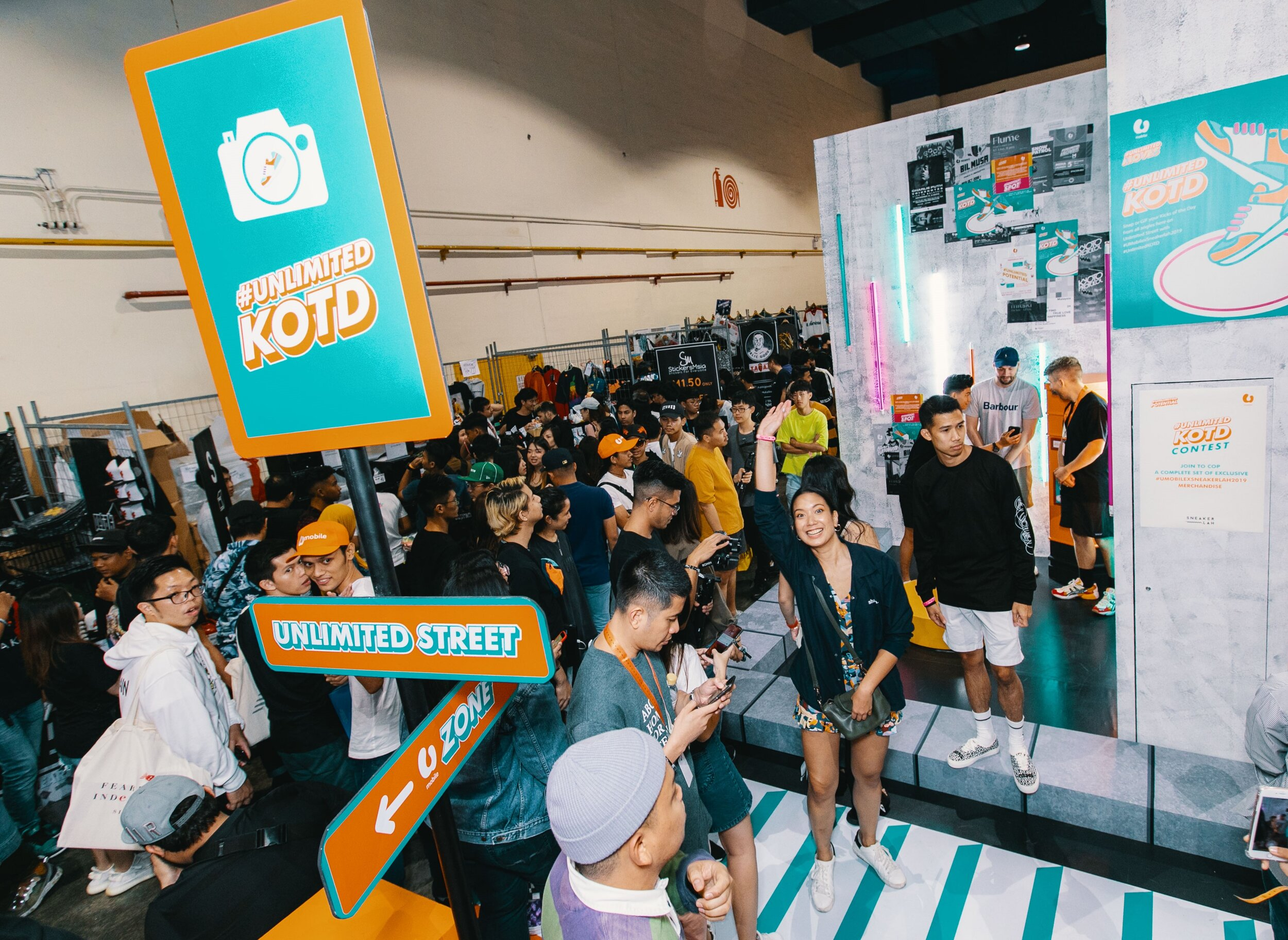 U Mobile x Sneakerlah 2:  Over at Unlimited Street, sneakerheads waited for their chance to snap their Kicks of the Day at the special 360° Rotating Platform.