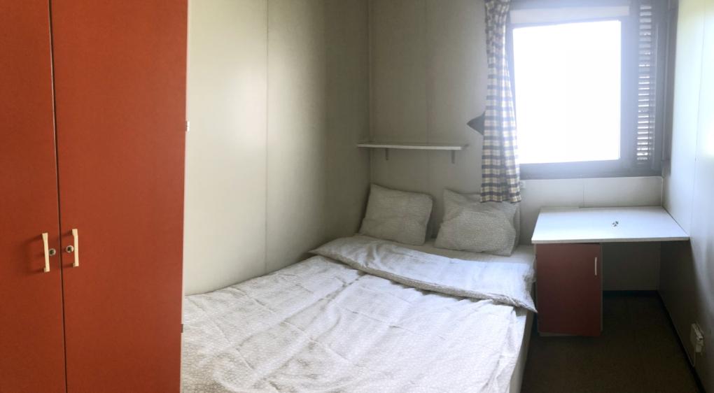 2 dobbelrom. Seng er 140 x 200 cm. 300 kr hvis du leier rommet alene, 400 kr hvis det bor to her.