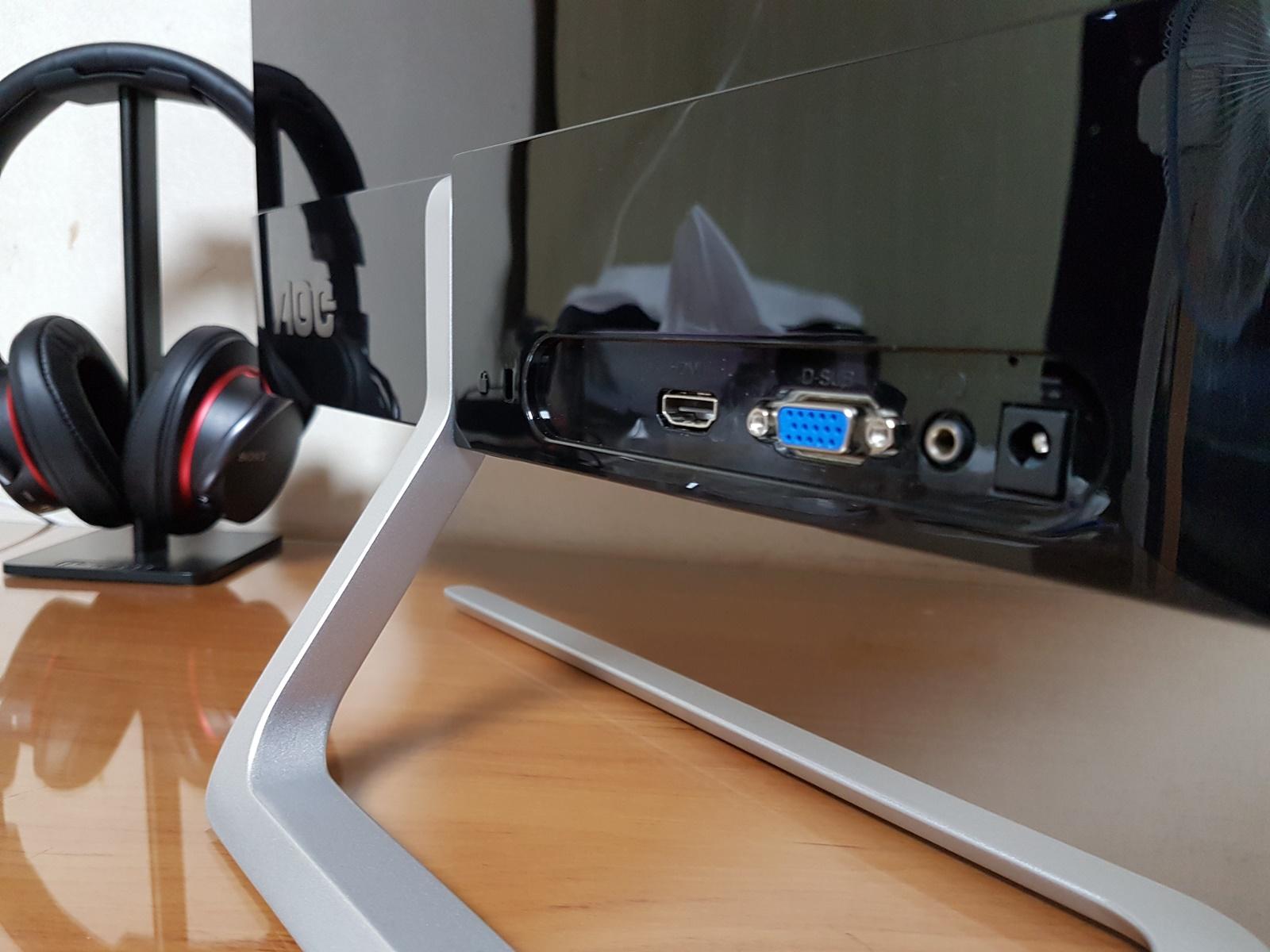 좌측부터 켄싱턴 락홀, HDMI, D-SUB, 3.5파이 오디오 출력(HDMI로 연결 시에만 해당), 전원(19V 1.31A) 단자가 있습니다.