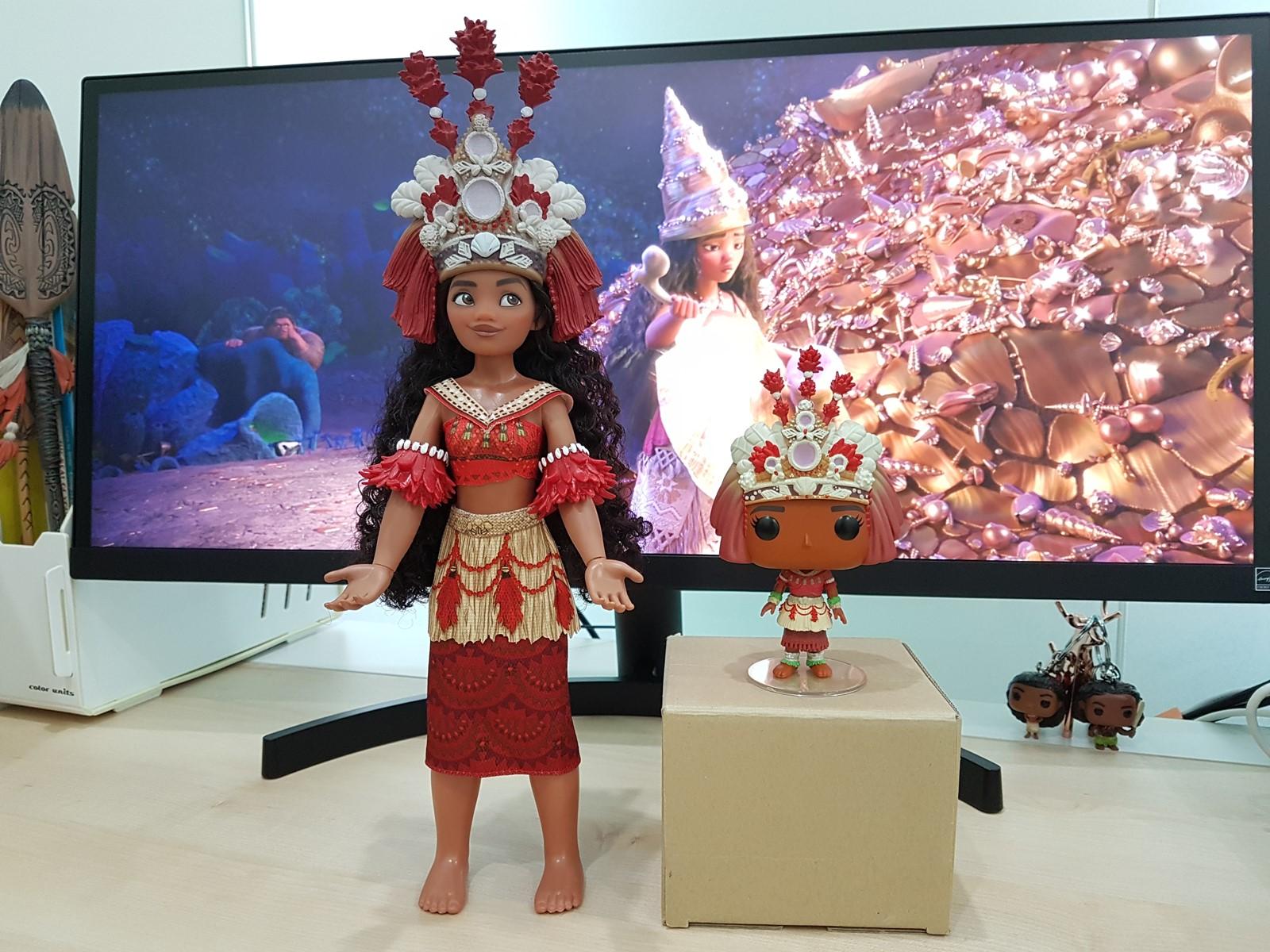 왼쪽: 샵디즈니 싱잉돌, 오른쪽: 펀코팝 예복 모아나