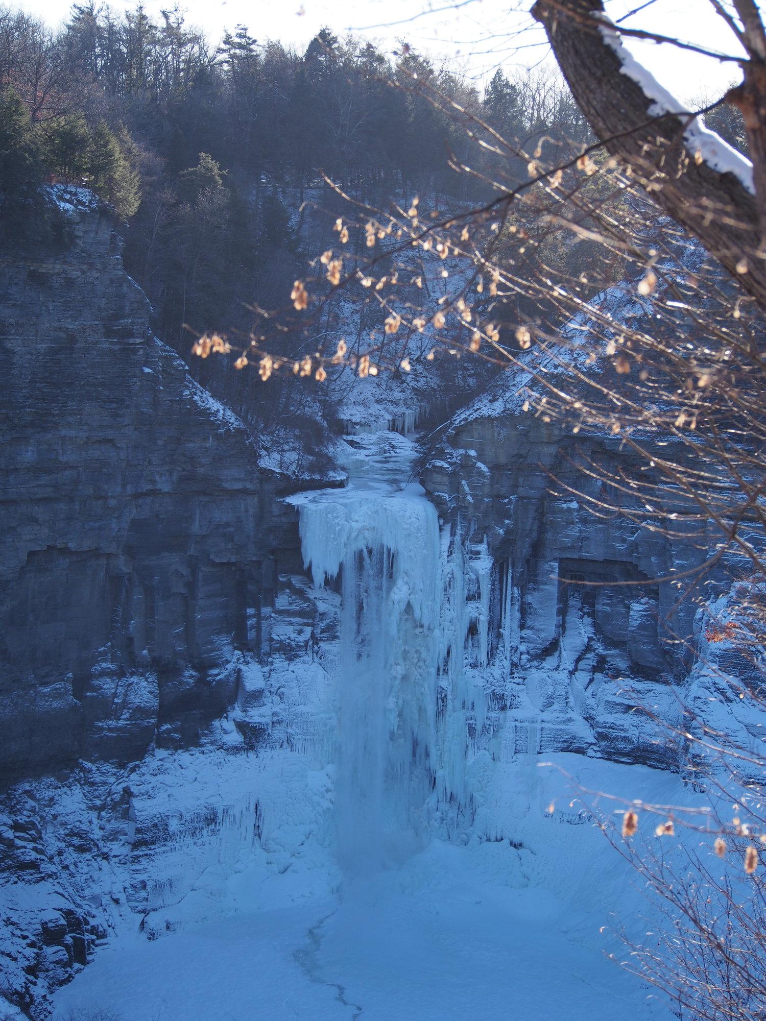 Air terjun Taughannock di Ithaca bisa sampai beku saking dinginnya, padahal tingginya lebih tinggi dari Niagara Falls