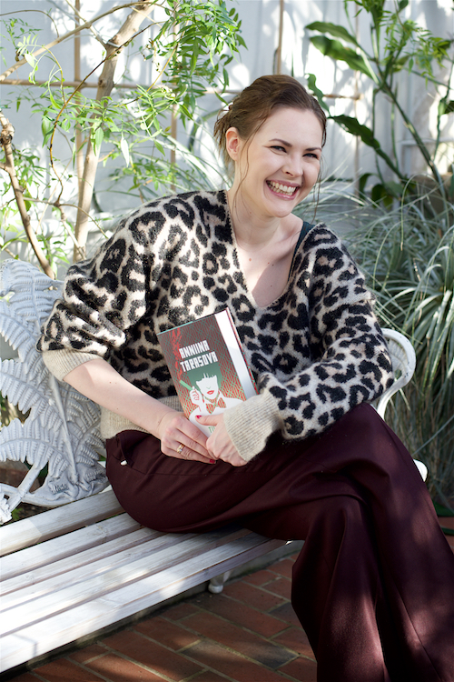 Kas siinäpä kirjailija Anniina Tarasova iloisena oman elämänsä huipulla. Kuva: Michaela Kei