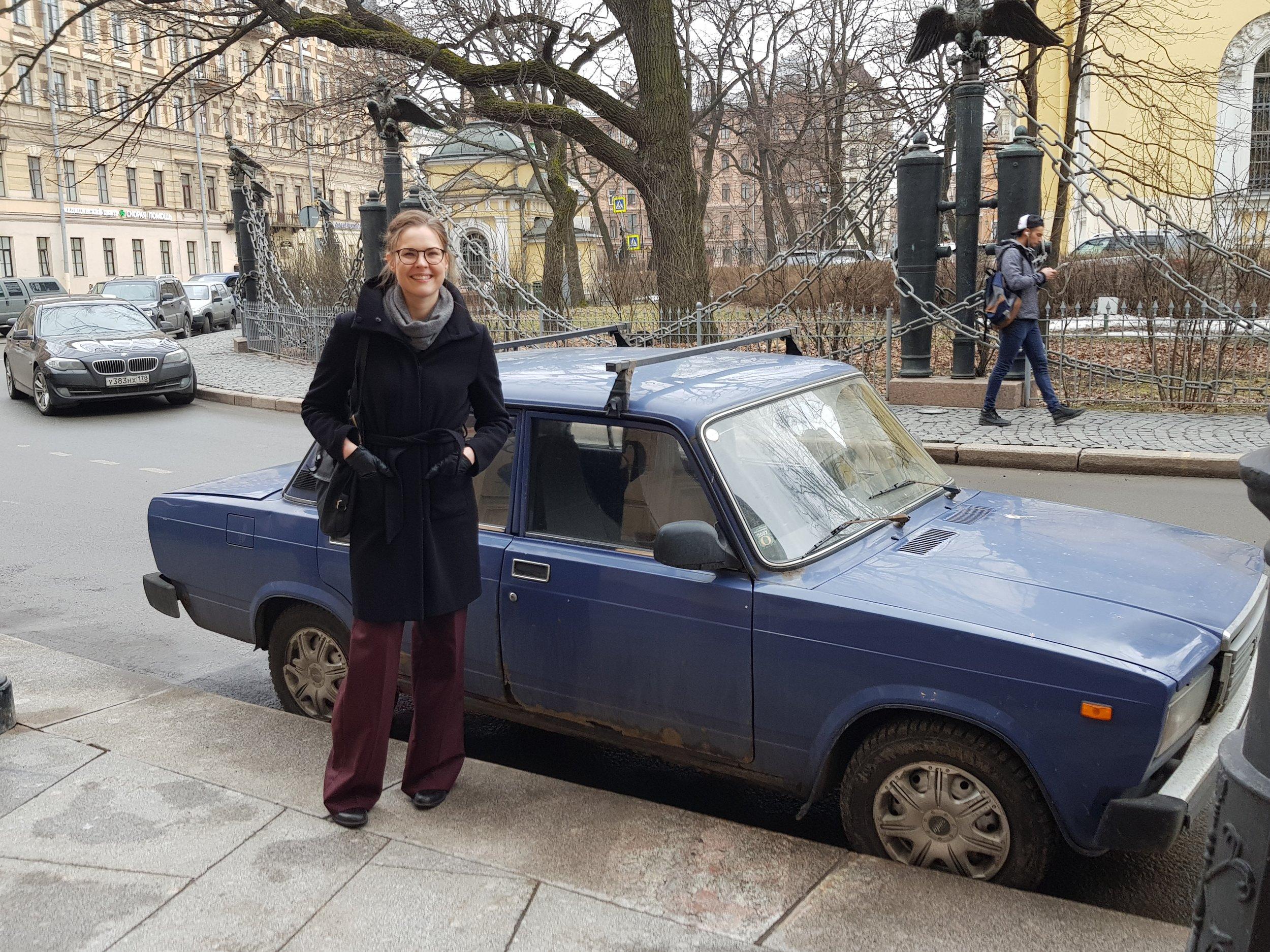 Kirjailija Tarasova reissussa taas. Taustalla Lada eli Žhiguli.