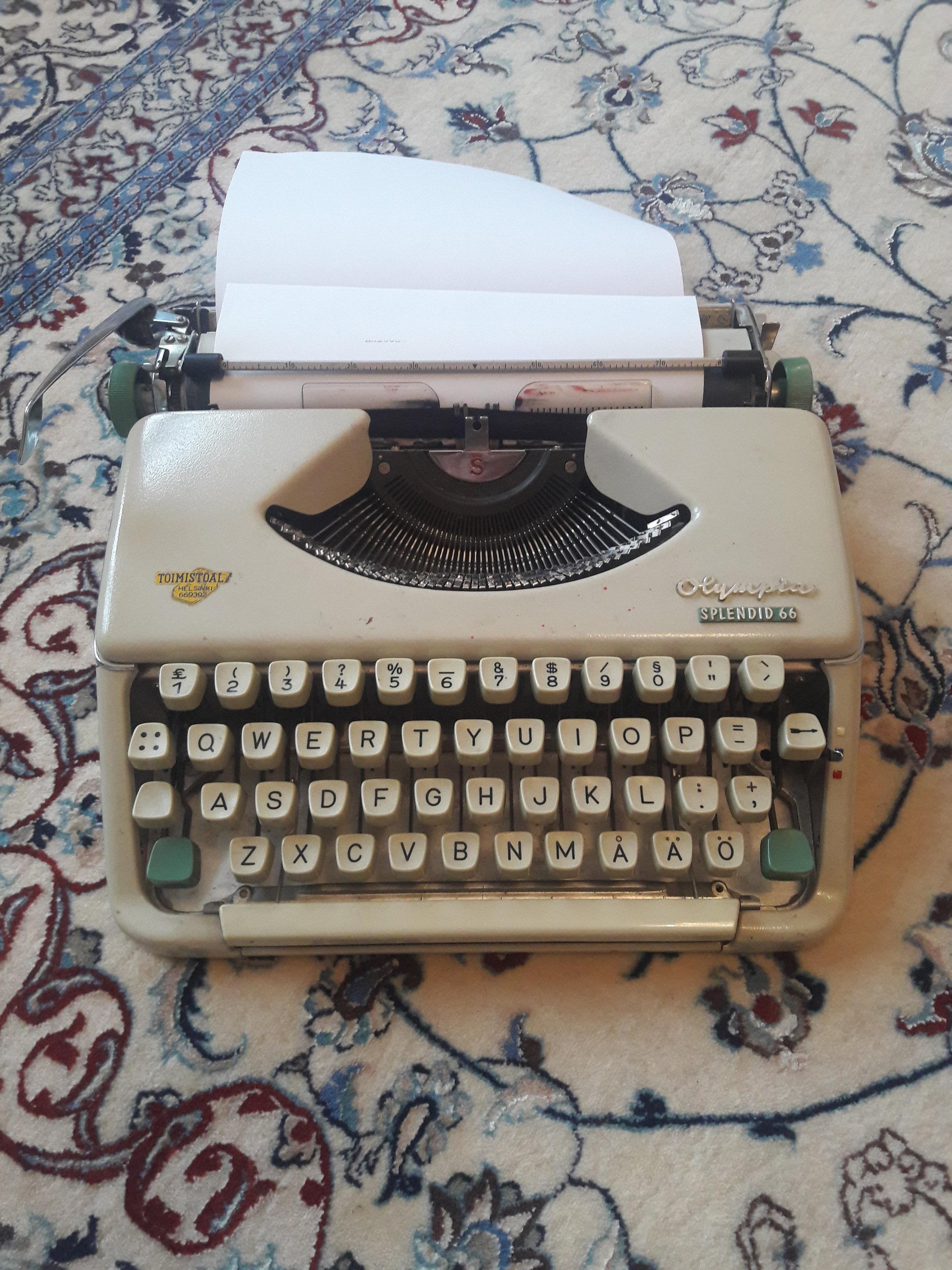 Dedan eli isoisäni minulle pienenä lahjoittama kirjoituskone.