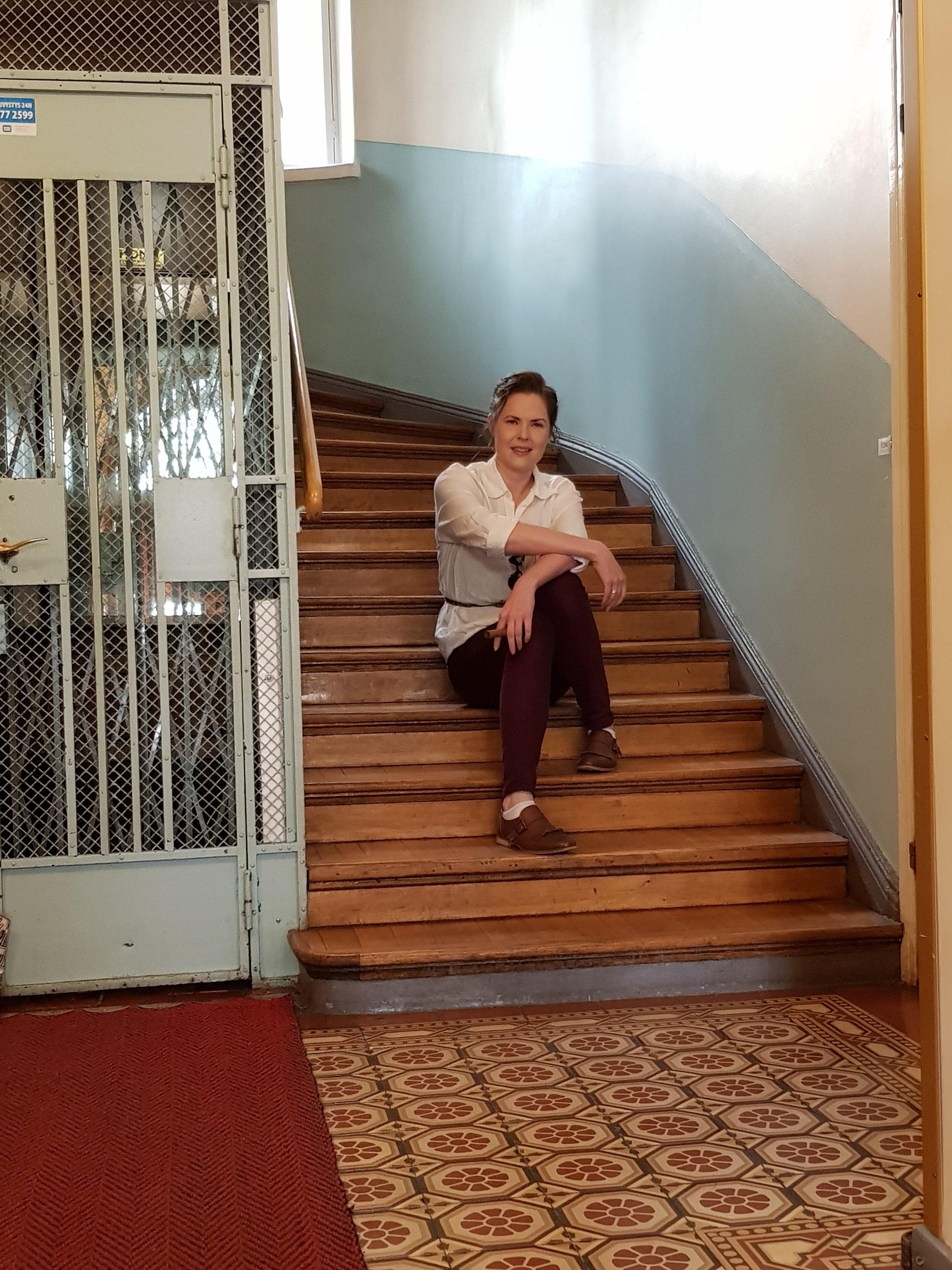 Tämädežurnaja eli aulavahti on asemoitunut porraskäytävään työnsä kannalta taktisesti, jos vaikka alkaisikin väsyttää.