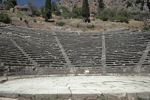 Ancient_Greek_theatre_at_Delphi,_060048.jpg