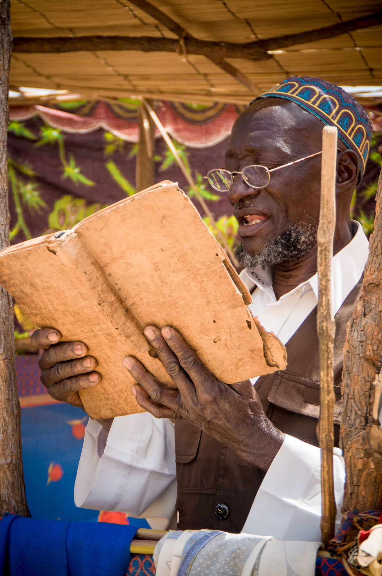 Mozambique-shehe-reading.jpg