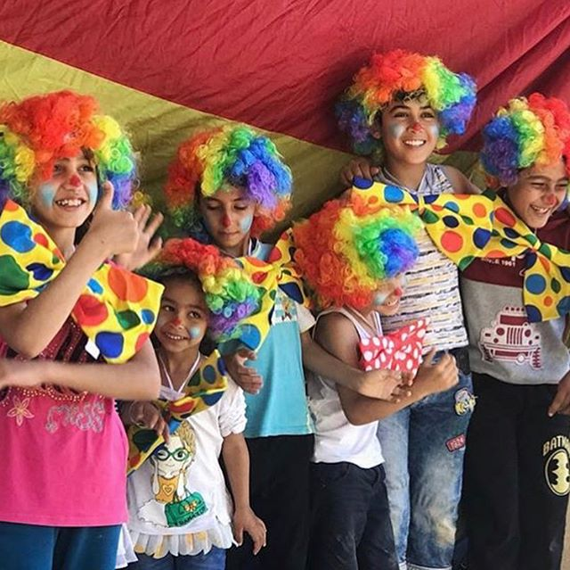 A while back, there was a video circulating of a circus-type troop entertaining masses of children in refugee camps. The organization showcased in that video was @theflyingseagulluk . They're dedicated to using humor to lift spirits amongst those most often marginalized and socially isolated, which includes such partnerships as those with refugee camps or with doctors for pre- and post-op clown therapy to children undergoing surgery. When they leave, they provide training, tips, and circus equipment so the organizations they partnered with can continue what they began. • {Chosen for #humansoty by @family.rewritten for seeing the power of joy where others turn away.}