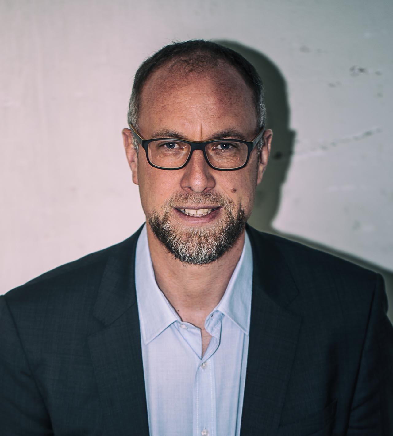 Univ.-Prof. Dr. Mark Coeckelbergh - Professor für Medien- und Technikphilosphie an der Fakultät für Philosophie und Bildungswissenschaft der Universität Wien. Er ist Vater von Kindern im Alter von 8 und 10 Jahren.