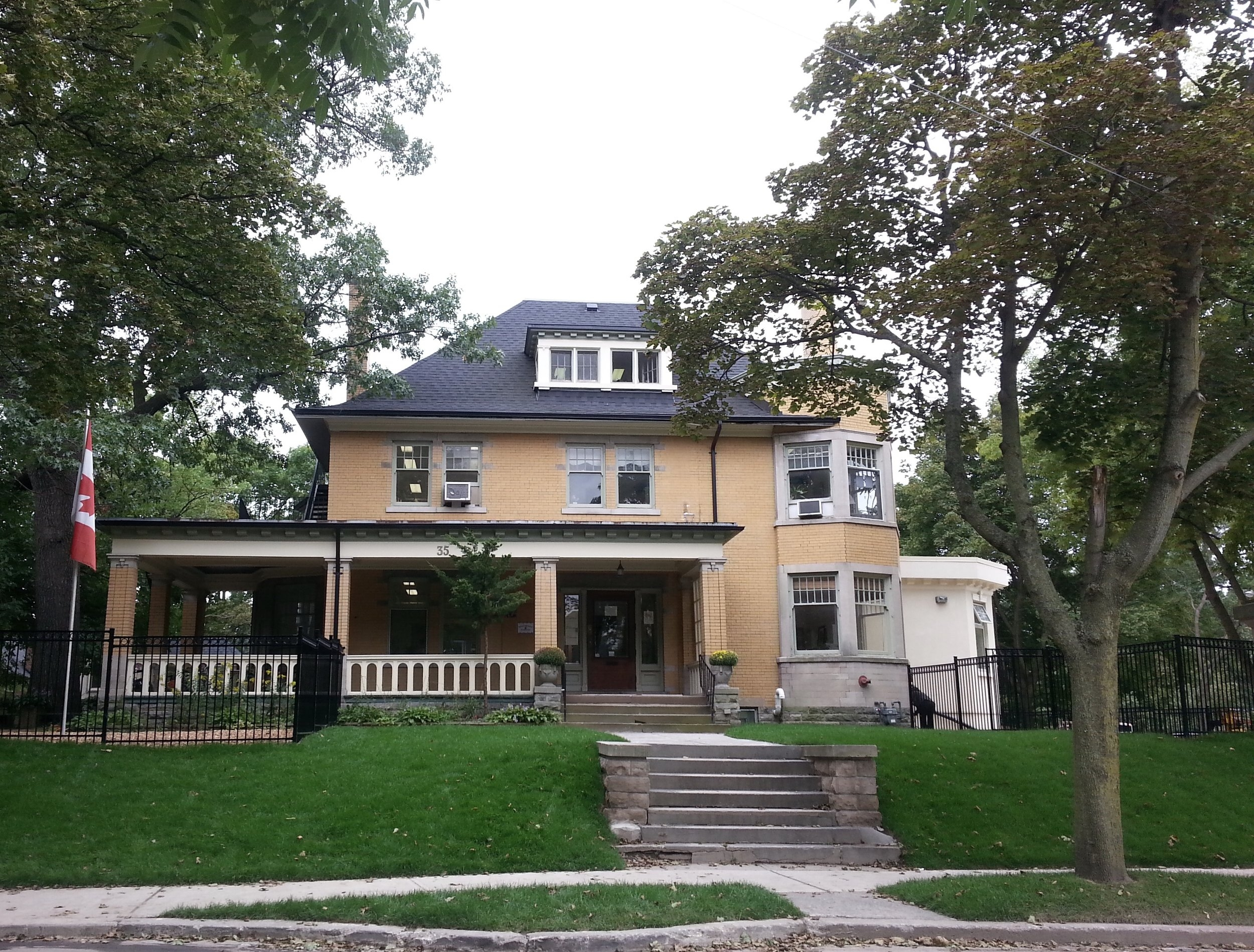 <p><strong>HIGH PARK GARDENS</strong>The Big Yellow House across from High Park.<i><strong>Learn More →</strong></i></p>