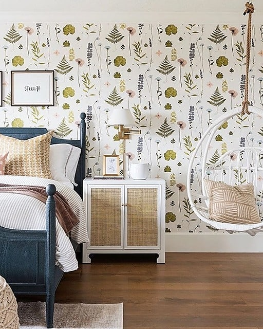 Between the amazing wallpaper and that hanging chair, this kids' bedroom design by @studiomcgee  is just so fun!