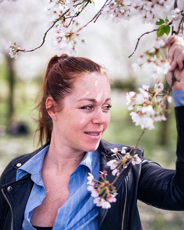 Blossom girl @simoneluneburg / my sweet girlfriend #blossom #portraitphotography #portfolio #natureshots #amstelveen