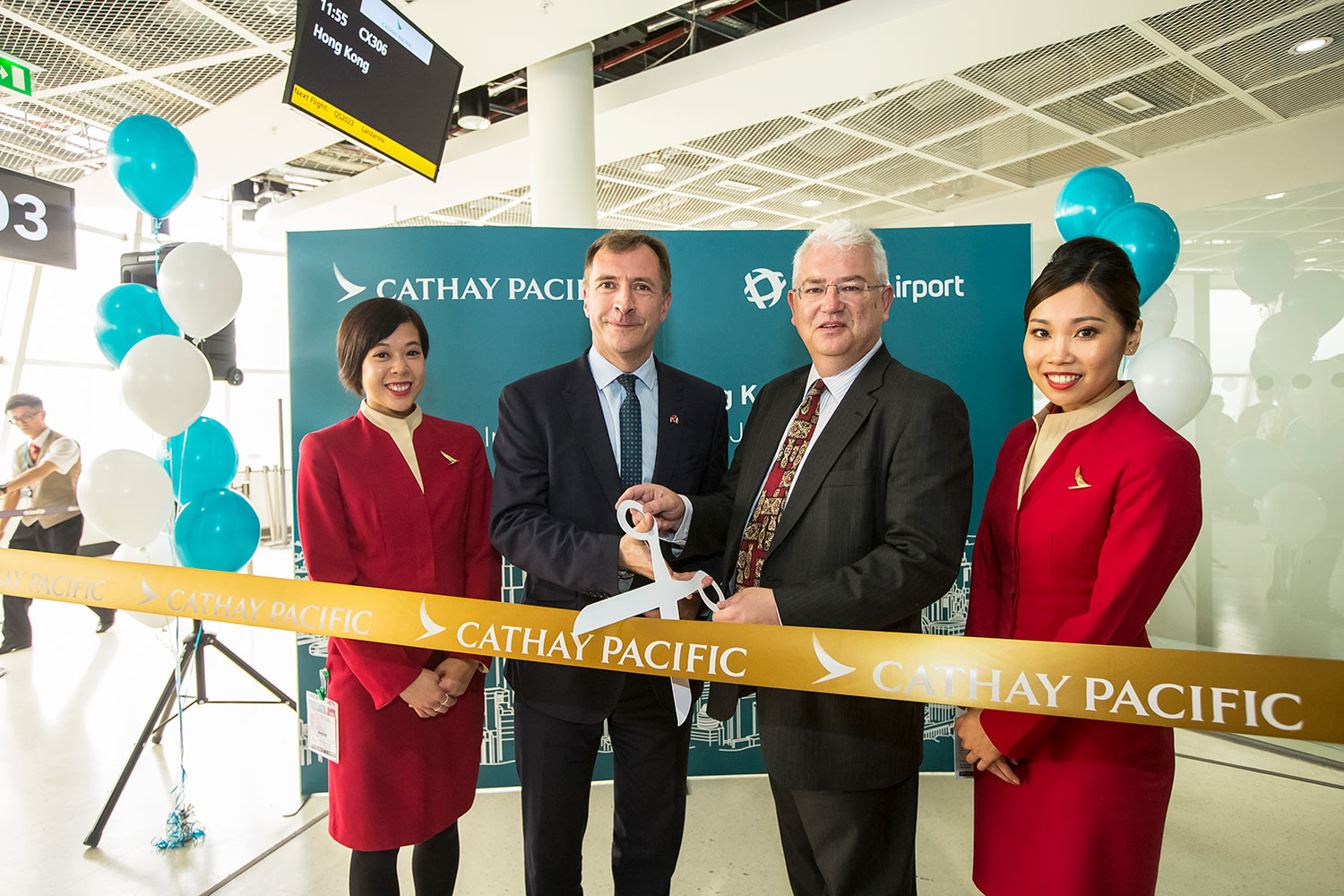 Cathay Pacific cabin crew Christine Wang and Winnie Phan with James Ginns, Regional General Manager Europe, Cathay Pacific, and Vincent Harrison, Managing Director, Dublin Airport.