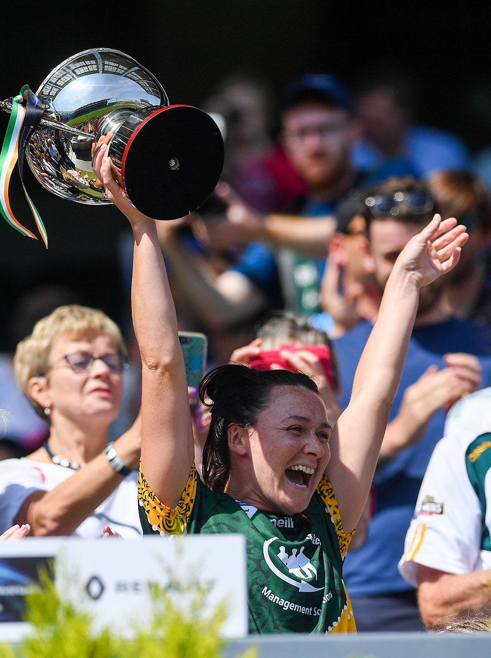 Australasia's Irish-born women's captain Caroline Kelly lifts the trophy after her team won the GAA World Games title at Croke Park. Picture: Piaras Ó Mídheach/Sportsfile