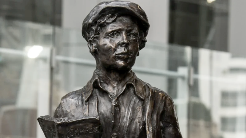 Prolific Australian sculptor Alan Somerville completed both the Parramatta and Martin Place renditions of James Martin as a boy.