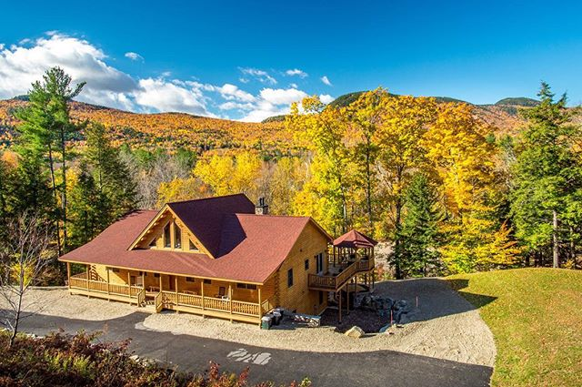 This beautiful Luxury Cedar Log Ski Chalet offers views of the #SundayRiver slopes and is located on the Sunday River itself, making it the perfect 4 season getaway! Bring the whole family, this home sleeps up to 23! Check link in bio @visit_sunday_river more info!