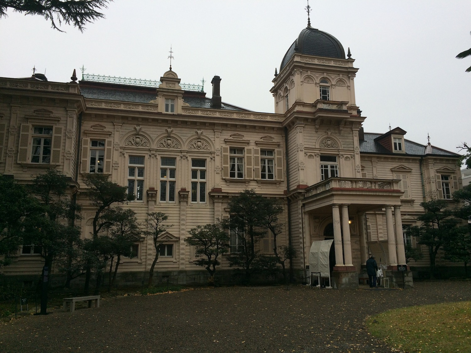 The former residence of Iwasaki Hisaya, an industrialist from the Meiji to Show periods (i.e. Mitsubishi Corporation), was constructed in 1896. It is located in Ikenohatai. (旧岩崎邸庭園)