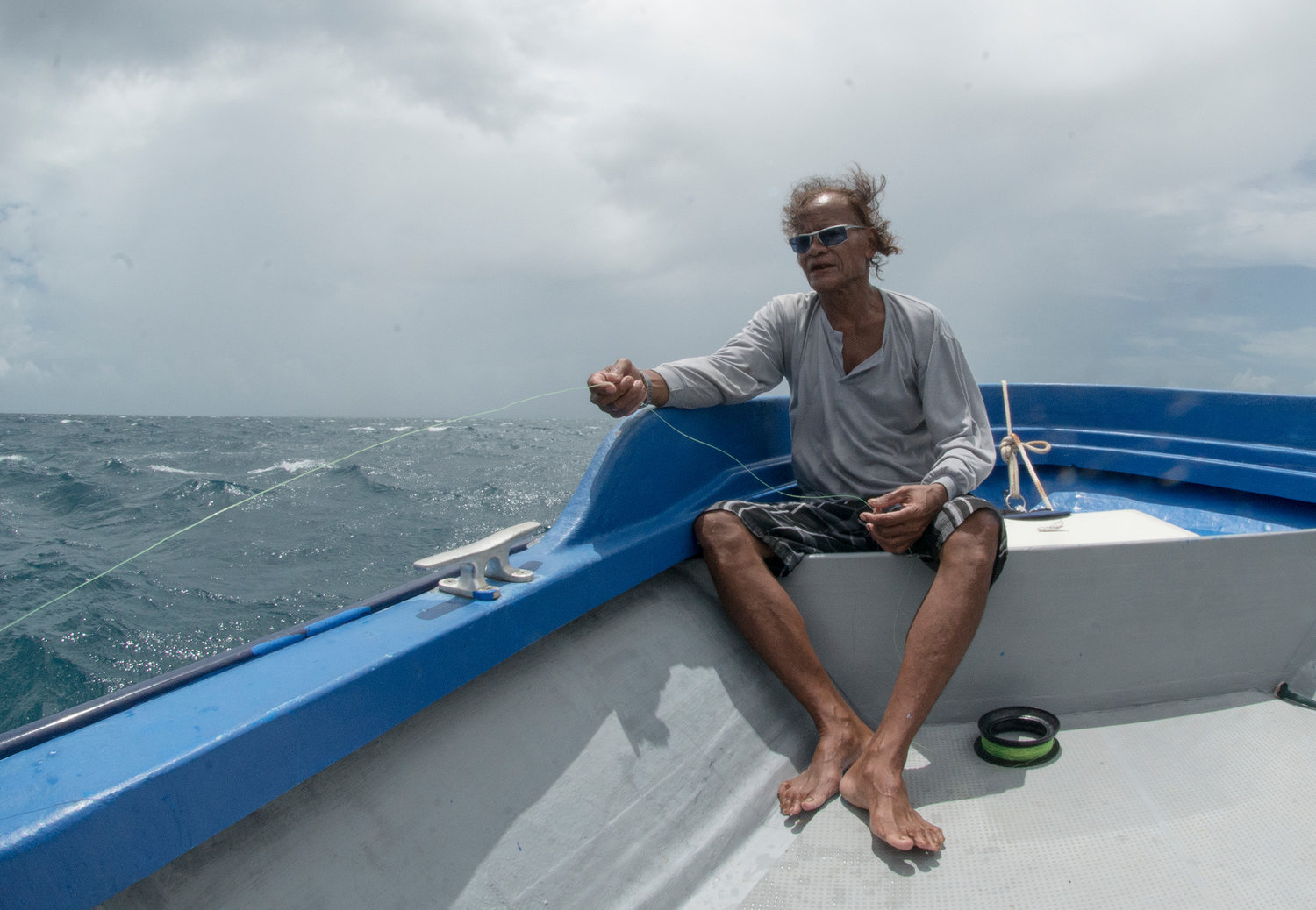 Nimrod, a Palauan fisherman using a hand line to catch reef fish. (©The Ocean Agency)