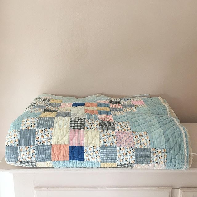 ☆𝔸𝕟𝕥𝕚𝕢𝕦𝕖 ℚ𝕦𝕚𝕝𝕥☆ Take a look at this fantastic and beautiful  antique farmhouse quilt from 1930's - DM for further info ❤️ ________________________________________ #allabout #allaboutdk #handmade #quilt #antiquequilt #quiltforsale #quilttilsalg #vintagequilt #homedecor #altinterior #altinteriør #rumid #boliginspiration #boligmagasinetdk #boligliv #cottonquilt #sengetæppe #colourfulhome #farmhousequilt #colourfulhomedecor