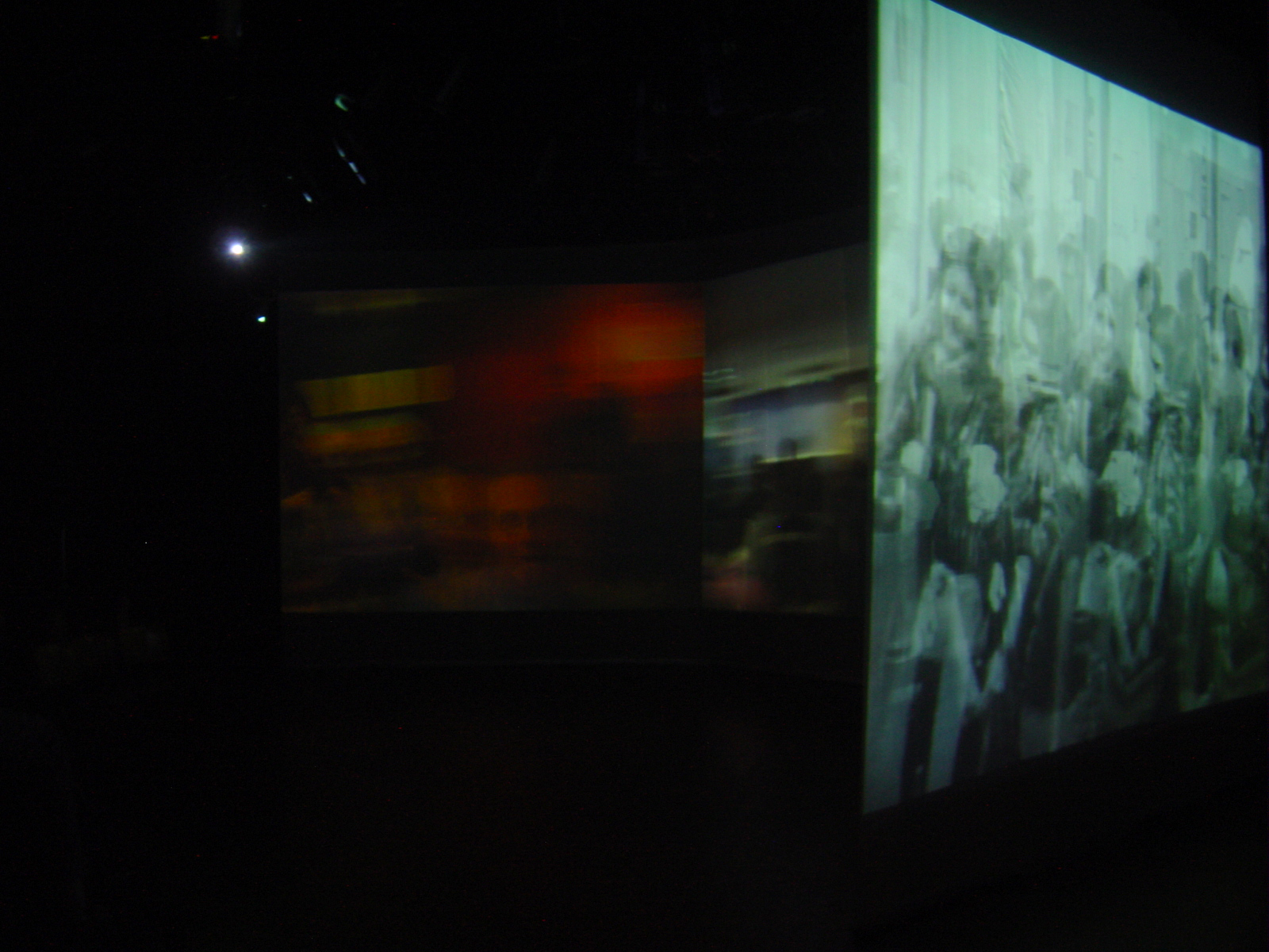 DesConcerto  [2003]  Real-time video processing (Max/Jitter) in audio/video installation with music by composer Vania Dantas Leite and pre-recorded video by visual artist Simone Michelin.