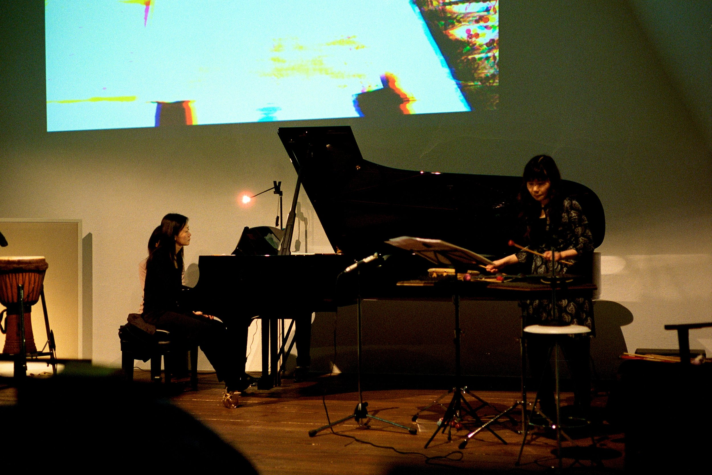 Malleus  「 槌 」(2012) Music by Johnathan F. Lee, for piano, percussion, and electronics. Live-video by Elaine Thomazi Freitas composed for accompanying the live performance of the piece. With Mari Asakawa (piano) and Yoshiko Kanda (percussion). World premiere .
