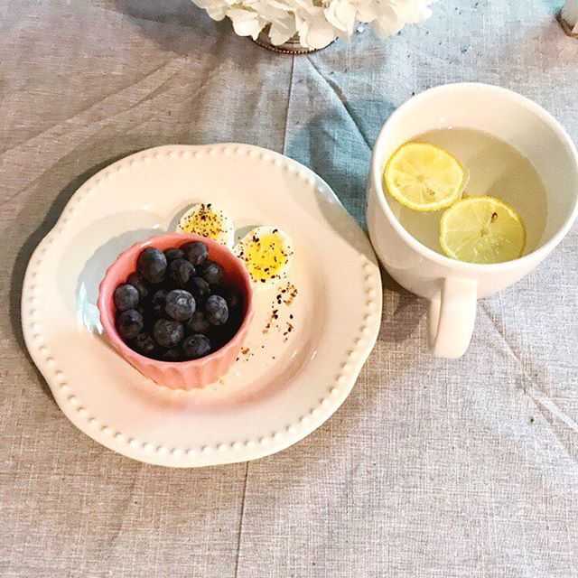 Do you struggle with what to eat for breakfast? Here's a tip, make sure you have a protein present and a complex carbohydrate! The protein keeps you full and the carb gives you an instant energy boost to power you through your morning routine. ☀️ Today I had a hard boiled egg with some EBTB seasoning and some fresh blueberries! I also had my standard warm lemon water 🍋  Need some more ideas? Try oatmeal with some almond butter mixed in or a piece of whole grain toast with some turkey bacon!  What's your go to easy breakfast?  #cleaneating #breakfast #nutrition #whole30 #cleaneats #newmom #morningroutine #health #wellness #nourish #blueberry #nutritionist #intuitiveeating