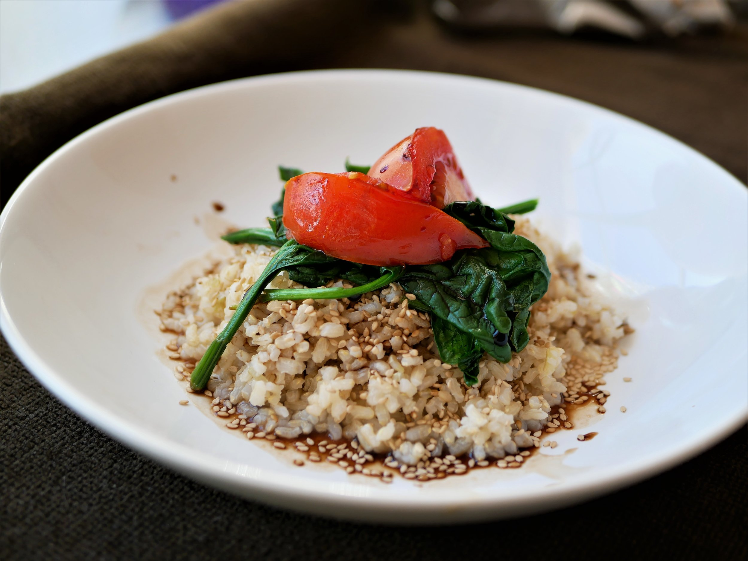 sesame rice topped with spinach and tomato