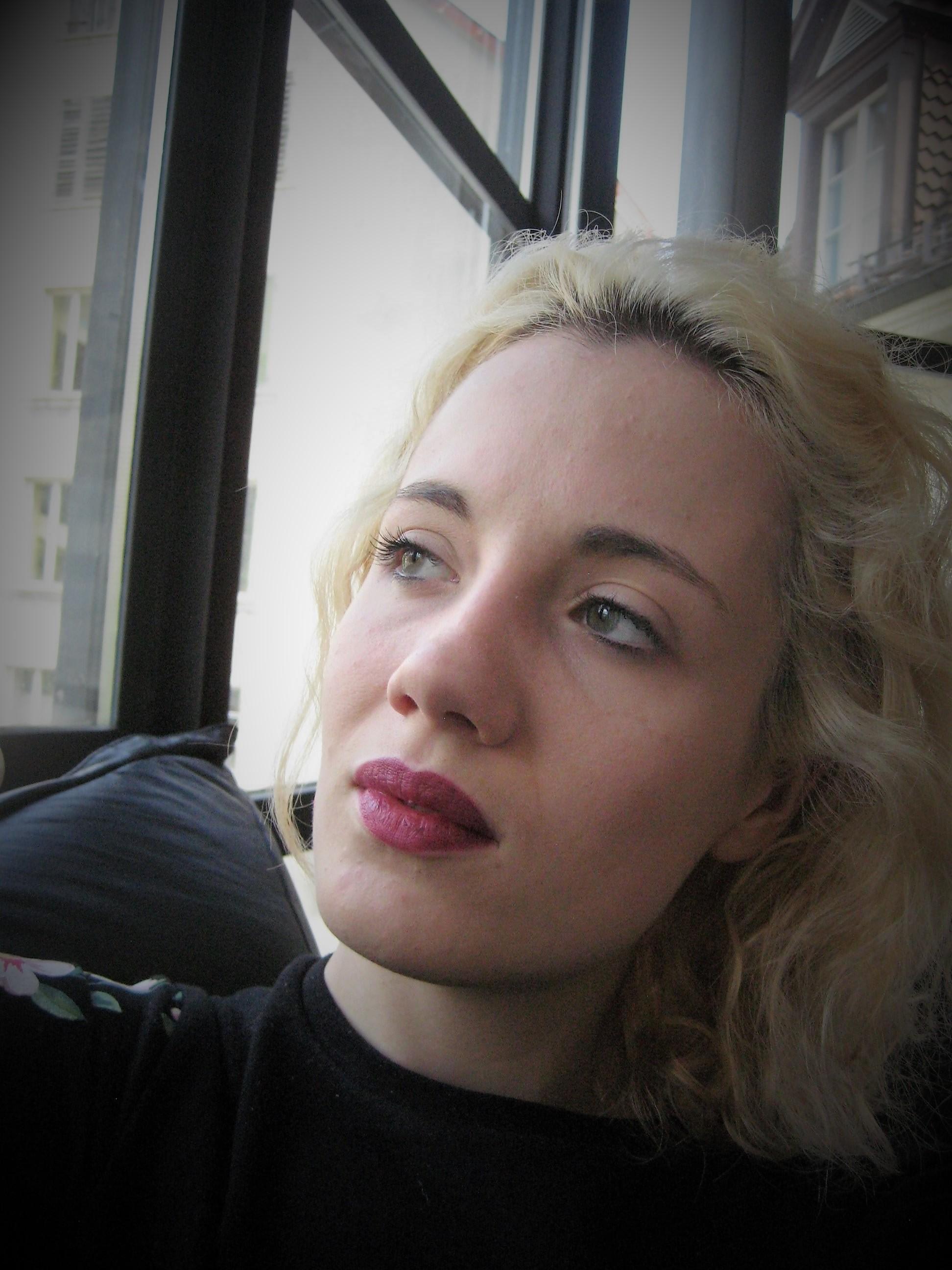 Chloé Suard - SopranIl m'a très vite été primordial d'utiliser la musique, et donc ma voix, comme support au texte et aux émotions. C'est même, à mon avis, les émotions qui donnent naissance au son.