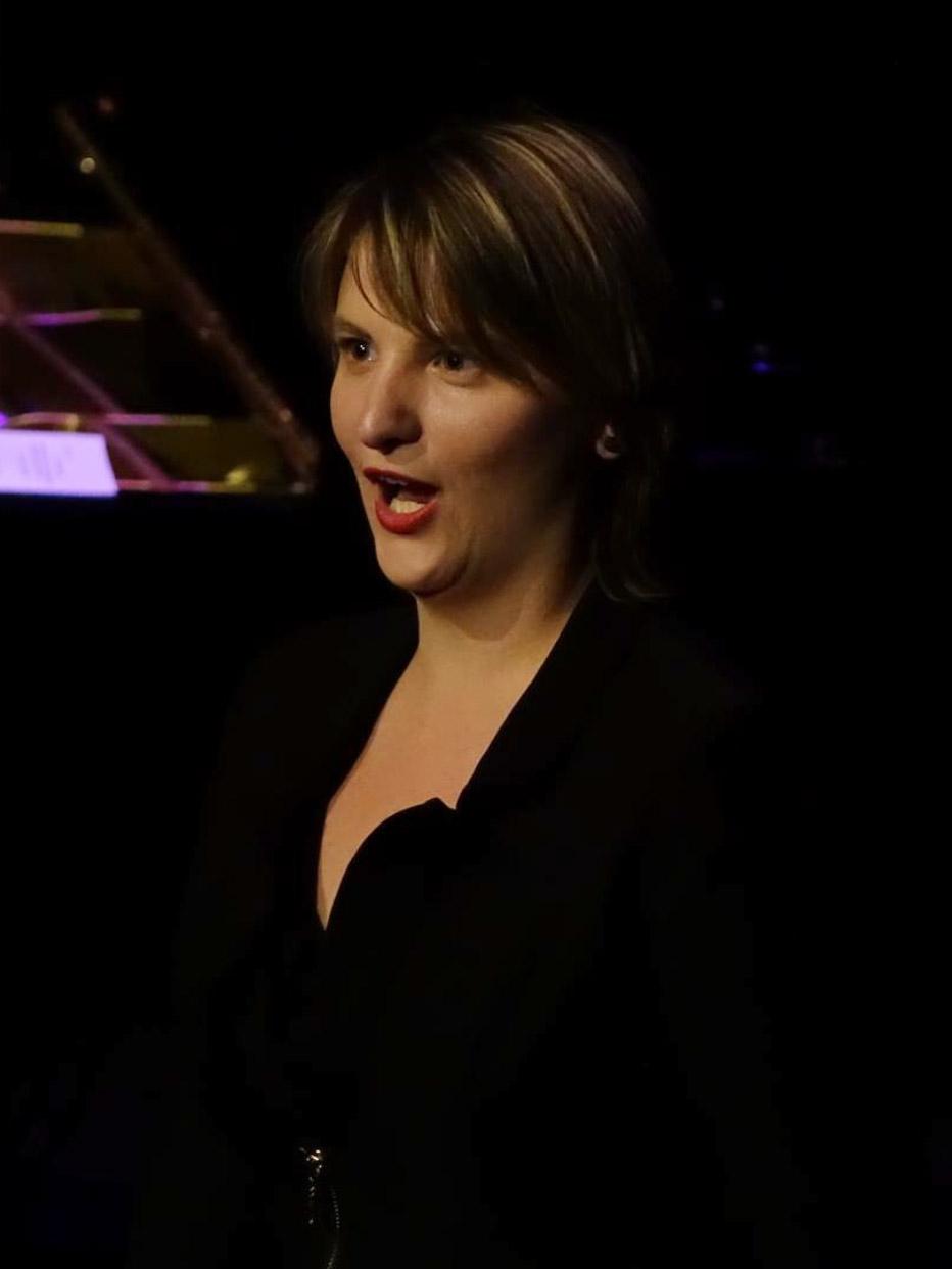 Viktoria Kadar - MezzosopranFür mich ist Singen die Brücke des Lebens, es verbindet uns universell: ohne Sprachbarrieren, ohne politische Grenzen, ohne Geschlecht, ohne Alter.