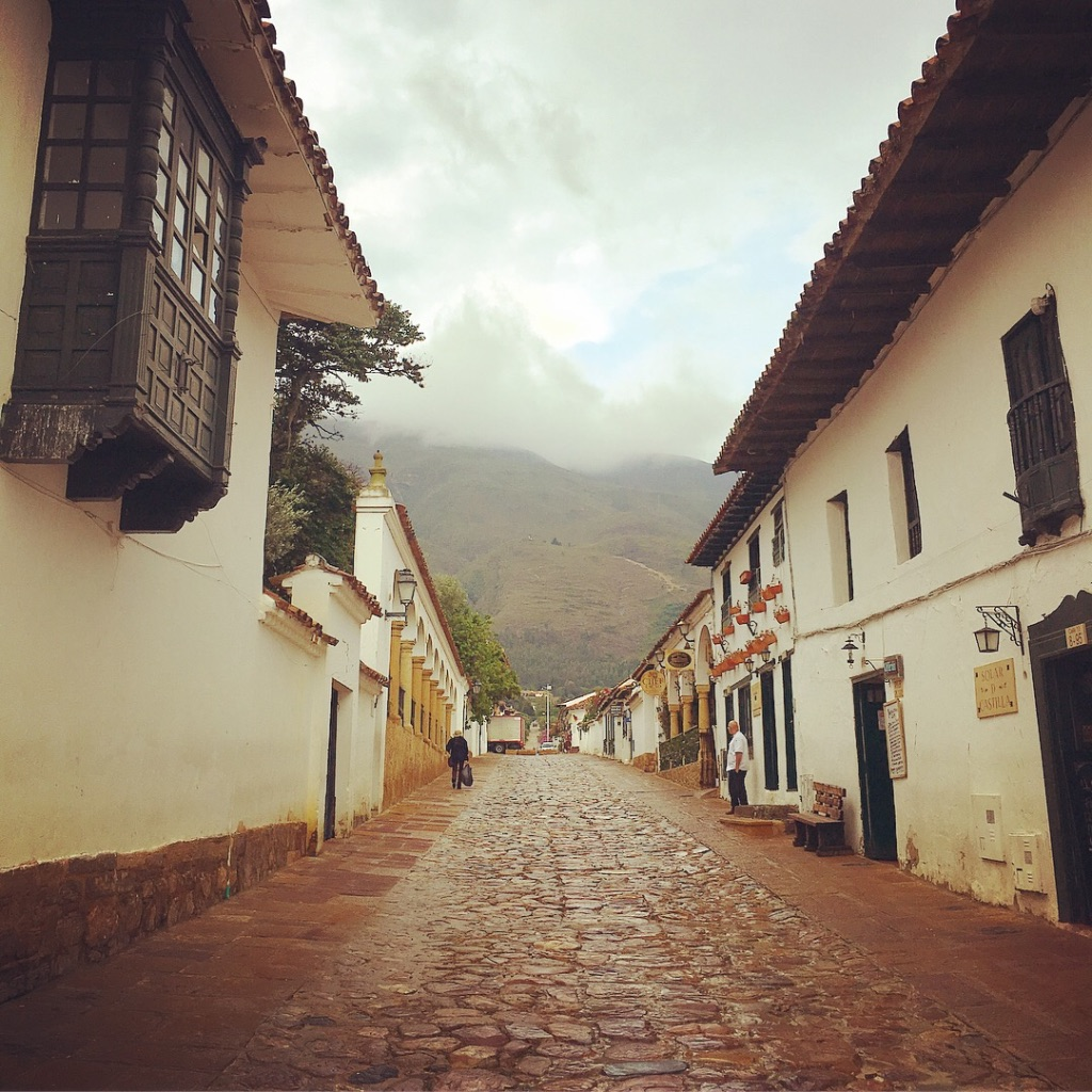 Stunning, sweet town of Villa de Leyva welcomed me in with its cobblestone streets, alleys lined with beautiful white buildings and bougainvillea galore. Made time for a short hike above the city and meandered through the Saturday market 🍊🍑🍈  #villadeleyva   #plazamayor   #colombia   #farmersmarket   #bougainvillea   #villagelife   #yearoftravel   #solofemaletraveler   #travelblog   #pathunwritten