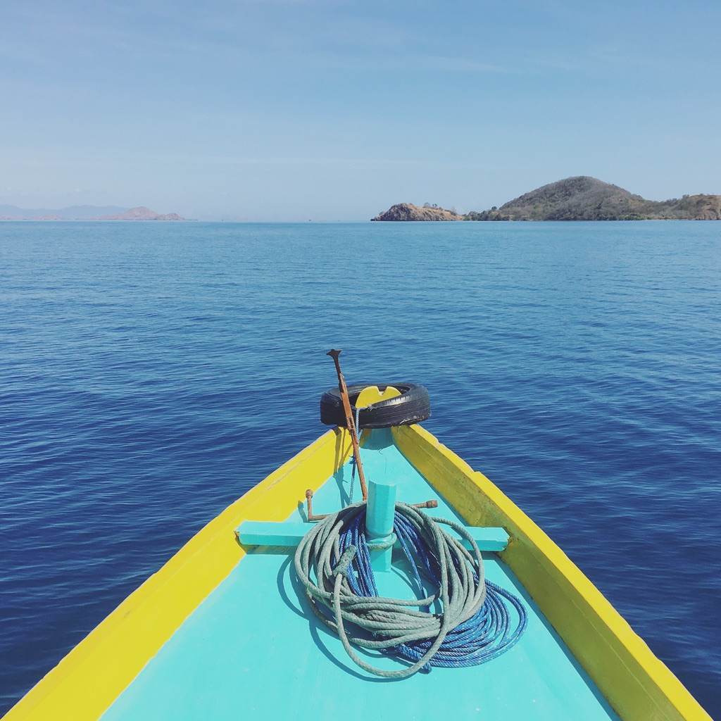 Boat ride to an empty island for solo sunbathing on a beautiful white sand beach? ✔️  #privatebeach   #foraday   #wheninindonesia   #indonesiatravel   #labuanbajo   #floresindonesia   #seasiatravel   #solofemaletravel   #yearoftravel   #travelblog   #pathunwritten