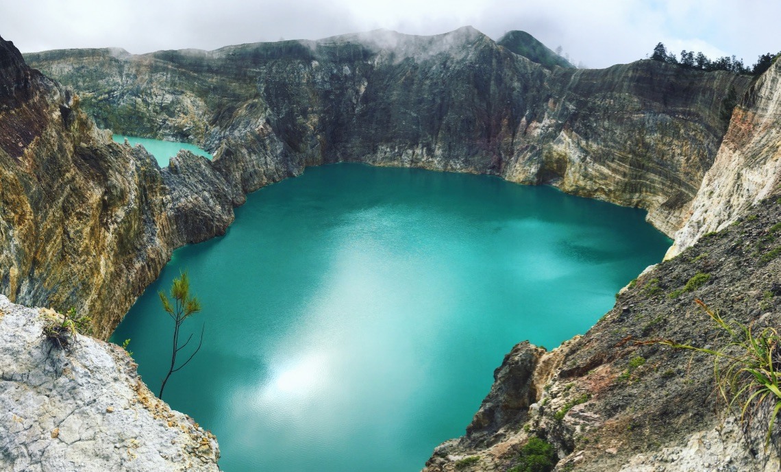 🌋 + (insert lake emoji) = 👌🏻 #kelimutu  #kelimutunationalpark   #indonesia  #floresindonesia  #volcanoes   #lakes  #volcanolake  #seasiatravel   #solofemaletravel  #travelblog   #pathunwritten  #yearoftravel