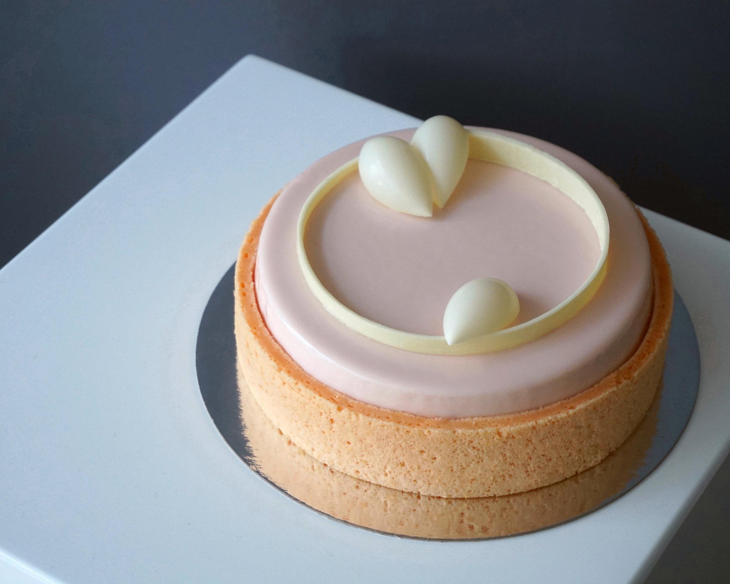 Peach sake entremet made by Gusta Cooking Studio
