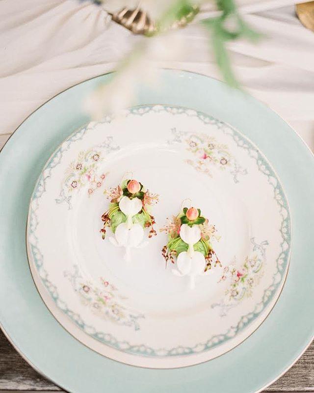 Beautiful live floral earring made by @linnaea_design table styling by @heirloomsdurango #southwestweddingbazaar