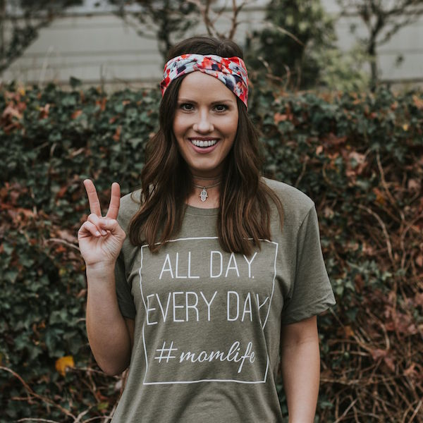 Joanna rocks The Twist with a nice peace sign and an adorable graphic tee. (IG: @joanna4bull).