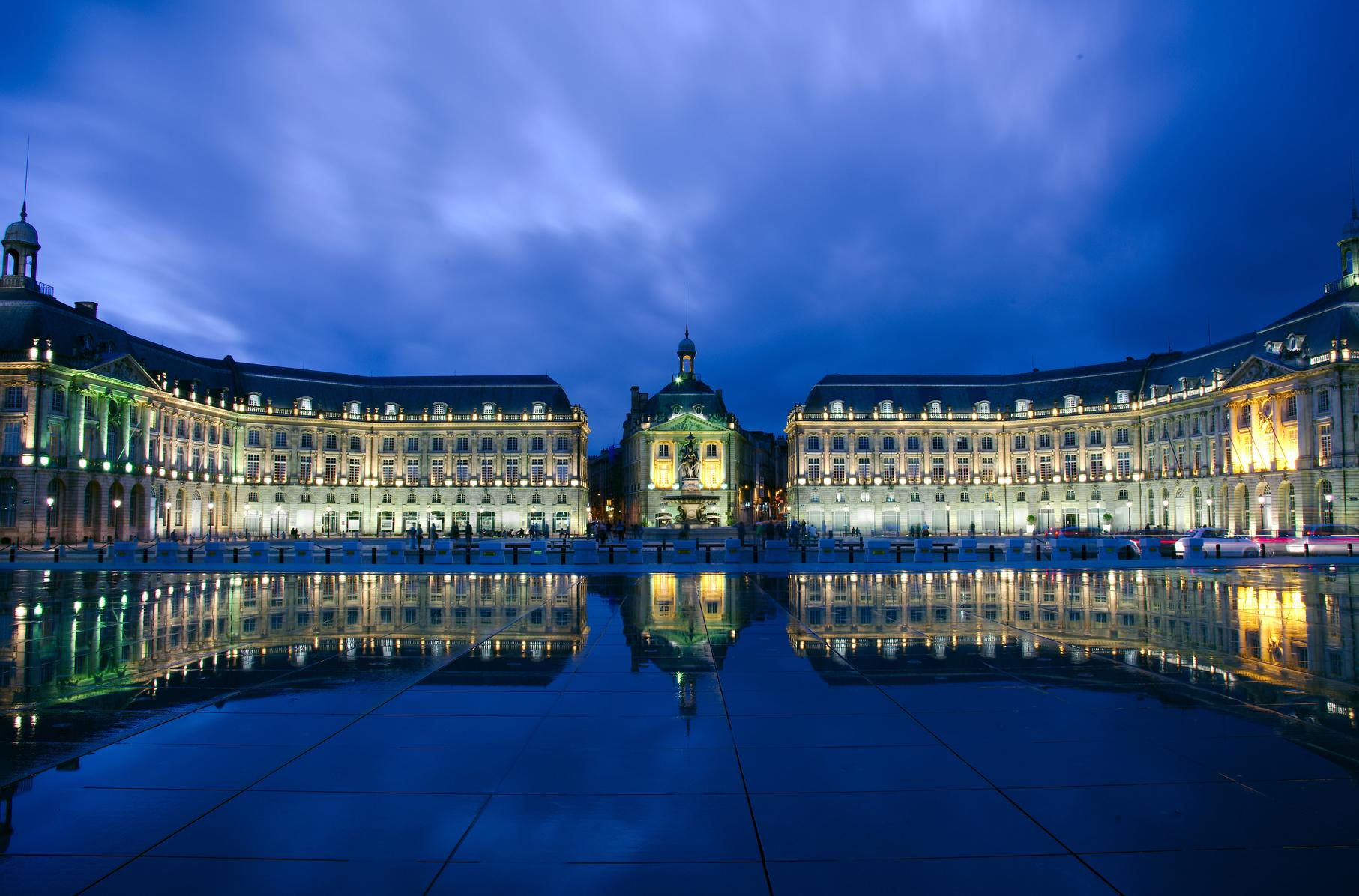 Place de la Bourse se reflète dans le miroir d'eau. Bordeaux