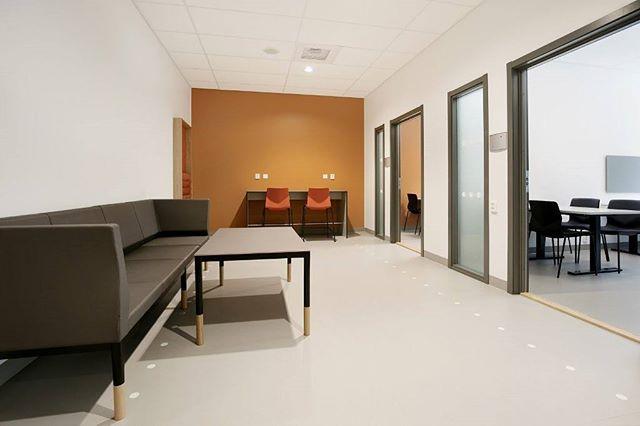 Venterom 🔶 📷 @fotografstineostby  #kapselprosjekt #venterom #interiør #jessheimvgs #waitingroom #offices #interiorarchitecture #colors #orange