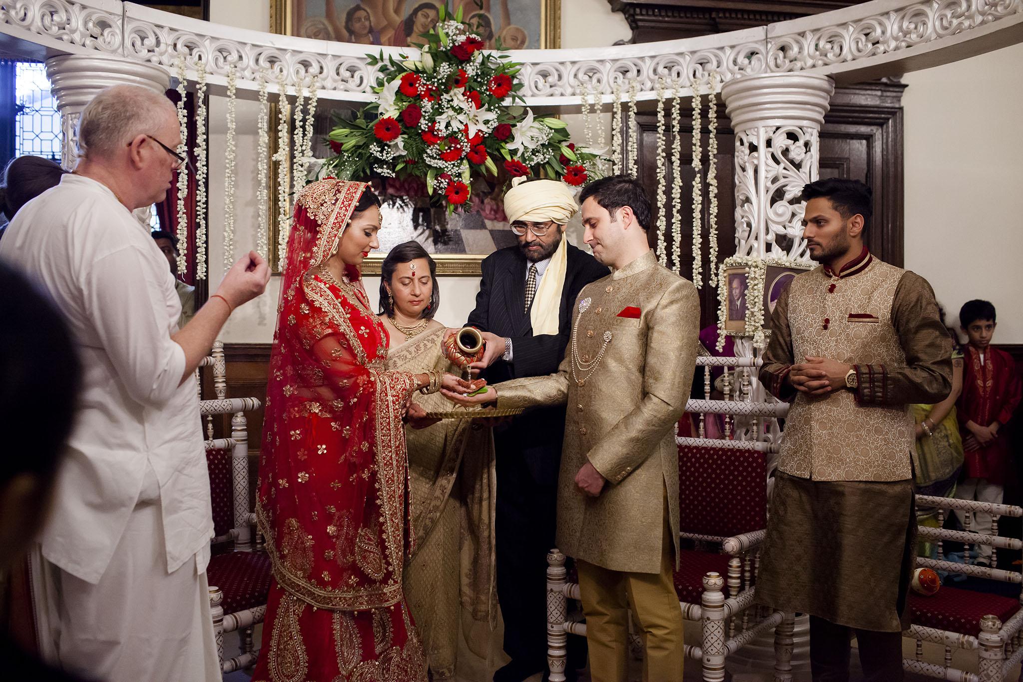 elizabethgphotography_kingslangley_hertfordshire_fineart_indian_wedding_photography_bhavesh_kundalata_bhaktivedanta_manor_watford_jpg25.jpg