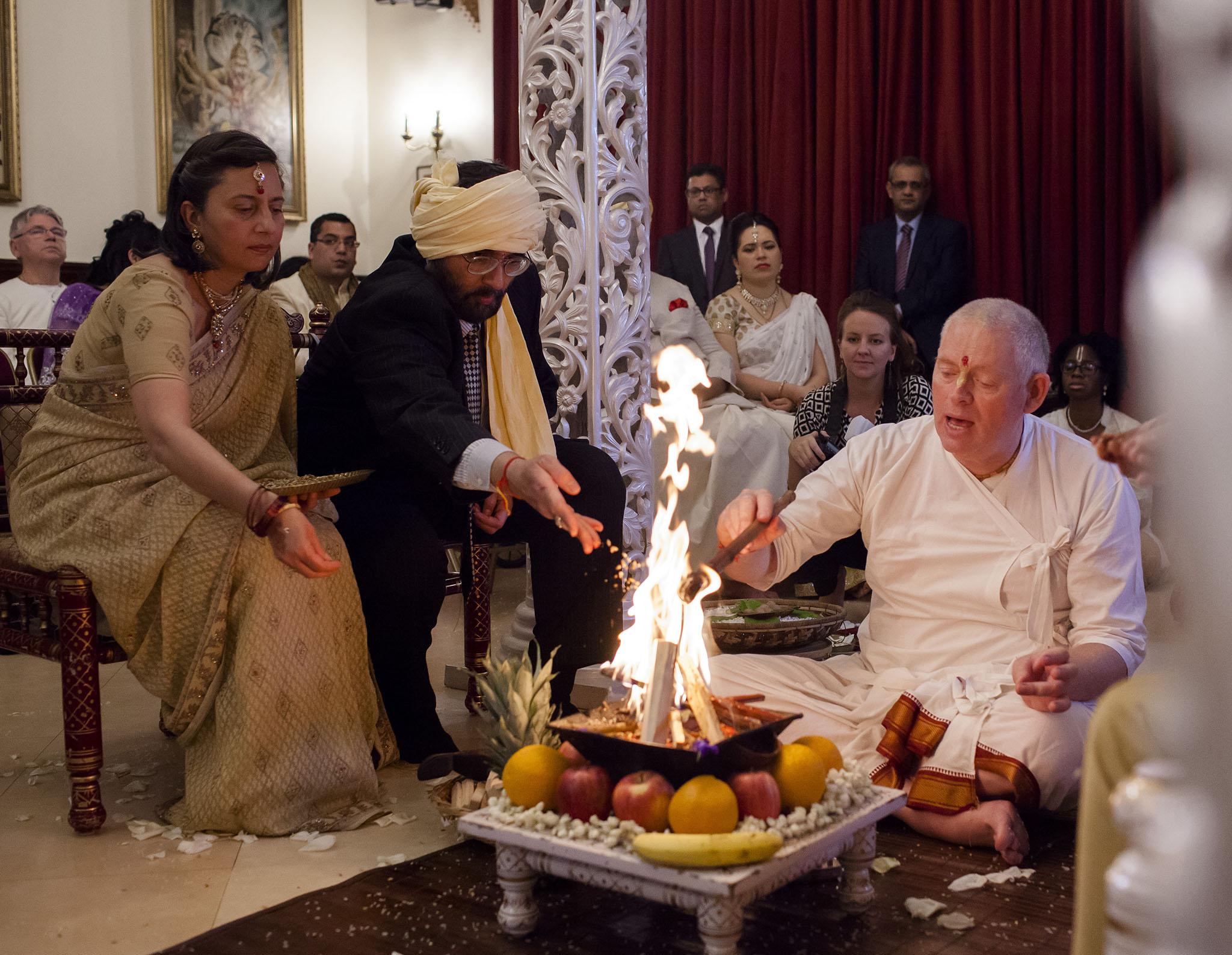 elizabethgphotography_kingslangley_hertfordshire_fineart_indian_wedding_photography_bhavesh_kundalata_bhaktivedanta_manor_watford_jpg40.jpg