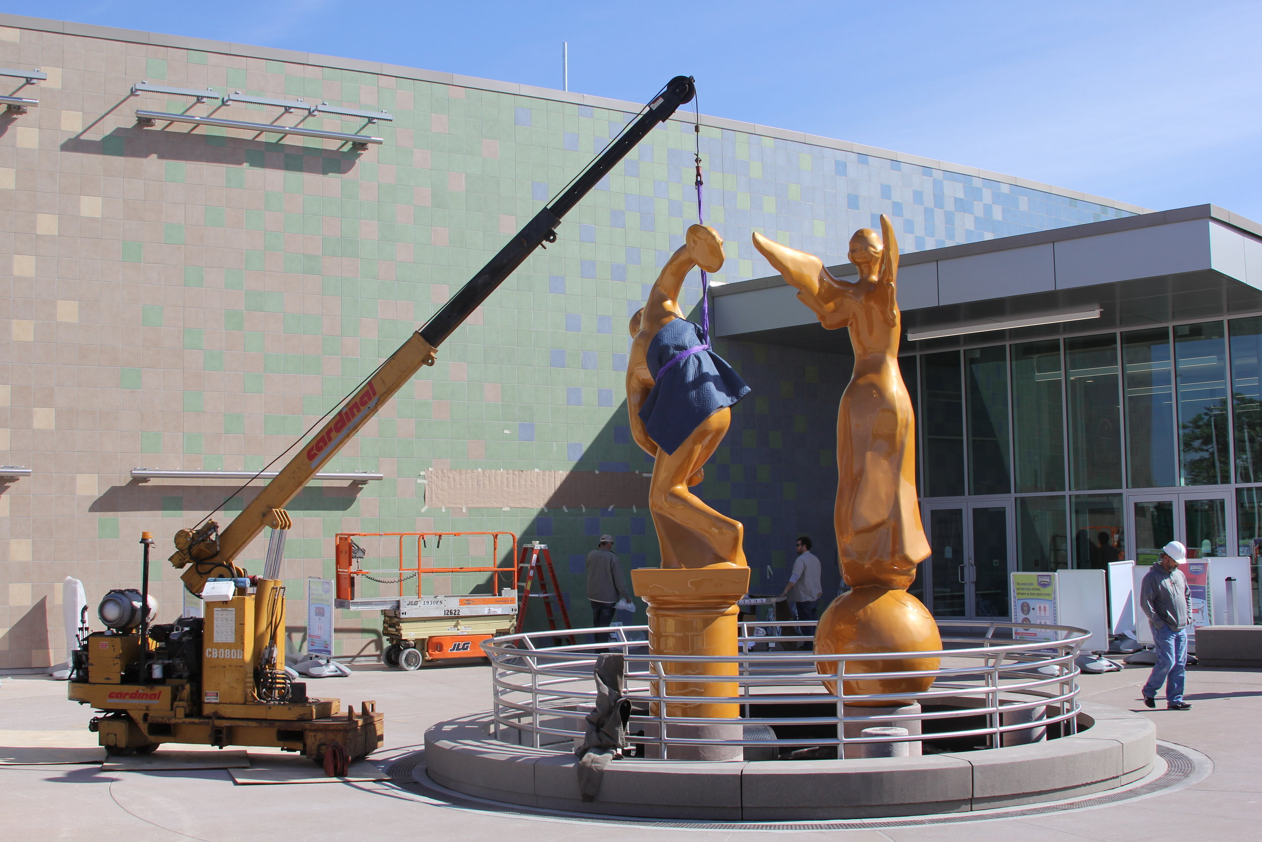 Mini-Mobil Crane Places Statue at The Children's Museum of Indianapolis