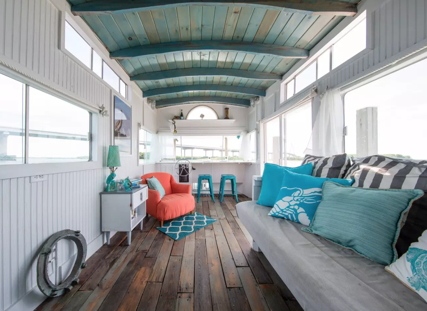 Y'all. Is this not the cutest  house boat ?!