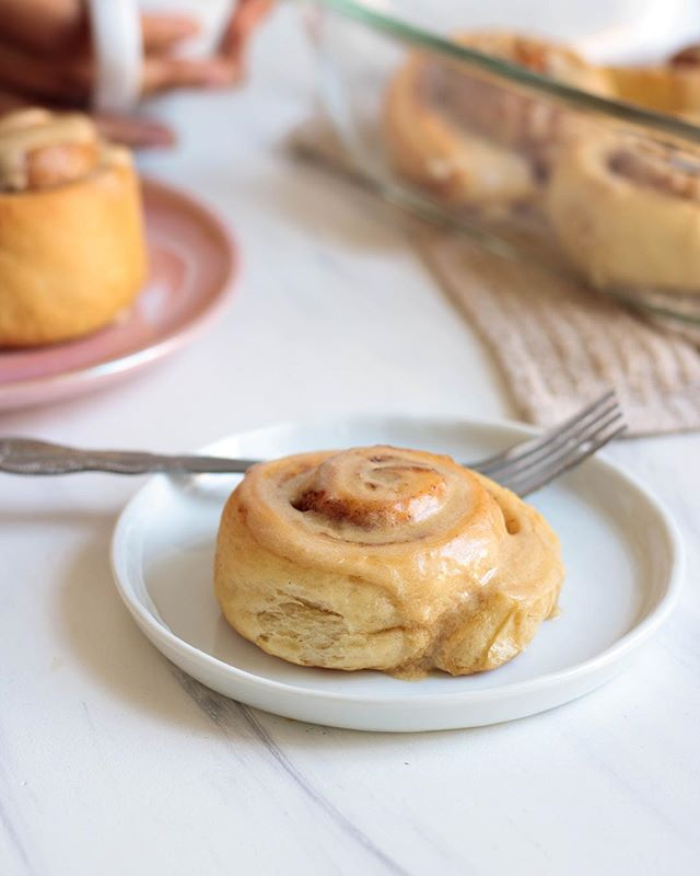 New on the blog! ✨Vegan cinnamon rolls with maple frosting. Tag a friend who should make this for you this weekend 😏 - Finally bringing you guys this cinnamon roll recipe I teased last month! These cinnamon rolls are so buttery and soft and topped with a delicious maple frosting. This would be a perfect dish to make for brunch this weekend and it's great to share with friends and family. Link to the recipe is in my bio!💜 #meatlessinnewyork