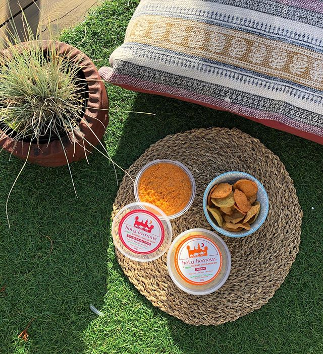 It's Friday! AND it feels like summer is back!! All the more reason to bring the party outdoors 🌞🌻🌾 . . . . . . . #hummus #holyhomous #plantbased #vegan #vegetarian #whatvegabseat #vegansofinstagram #veganfoodshare #wellness #healthy #foodie #dairyfree #glutenfree #whole30 #cleaneats #BBG #october #gooutside #tgif #snacktime #snack #gohealthy