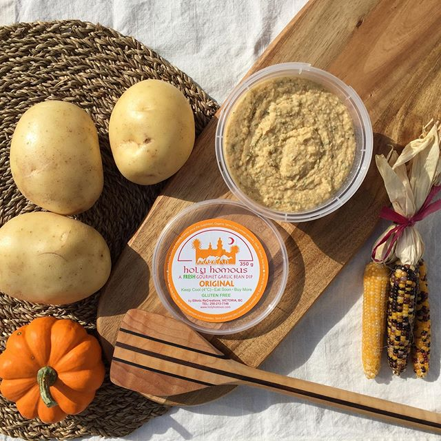 HAPPY THANKSGIVING 🦃🍂 You know what that means: it's time for #HHGarlicMashedPotatoes 🥔  Mix 1 350g container of regular #holyhomous for every 6 potatoes! 😋😋😋 ・ ・ ・ ・ ・ ・ ・ ・ ・ ・ #holyhomous #hummus #homous #healthy #healthyrecipes #vegan #plantpower #proteinpower #plantbaseddiet #eatrealfood #vegetarian #feedfeed #eatplants #plantbased #veganlove #fitfam #hummuslove #wellness #protein #garlicmashedpotatoes #thanksgiving #mashedpotatoes