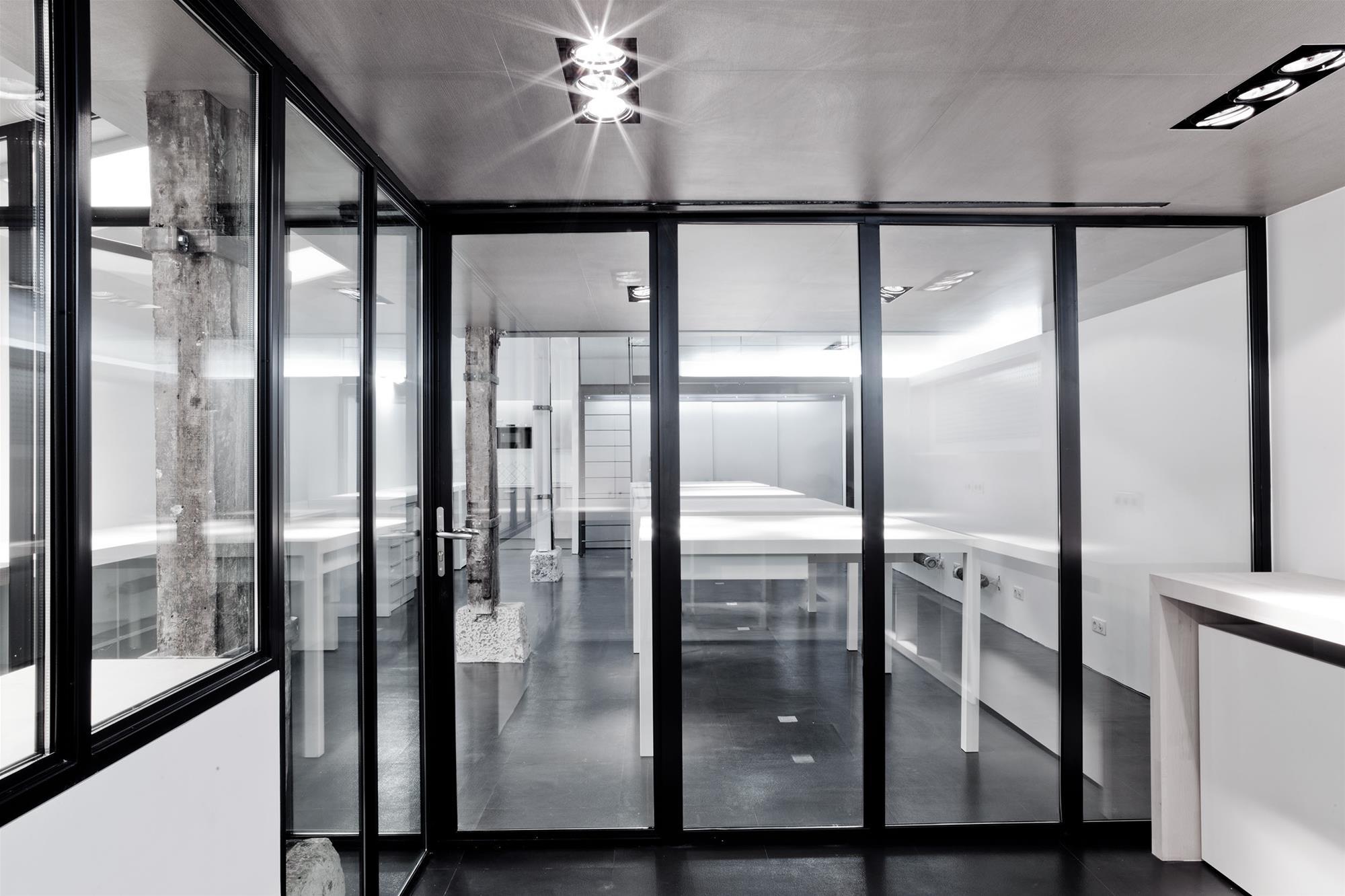 atelier_stefan_lubrina_interior_bureaux_baies_vitrees.jpg