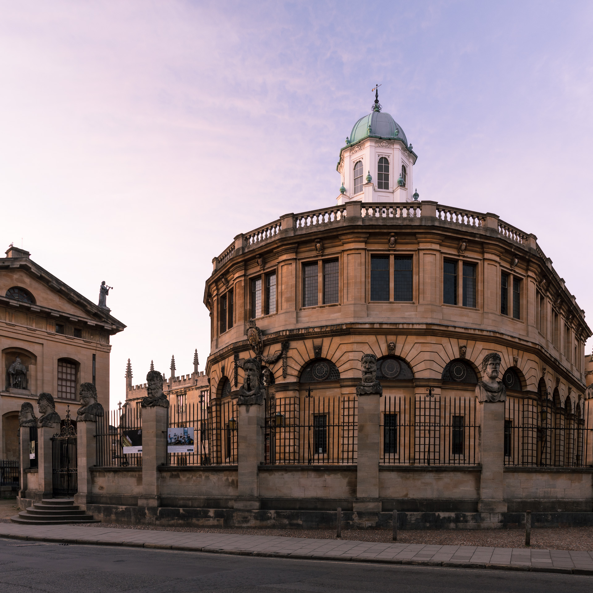 Sheldonian Theatre before sunrise.jpg